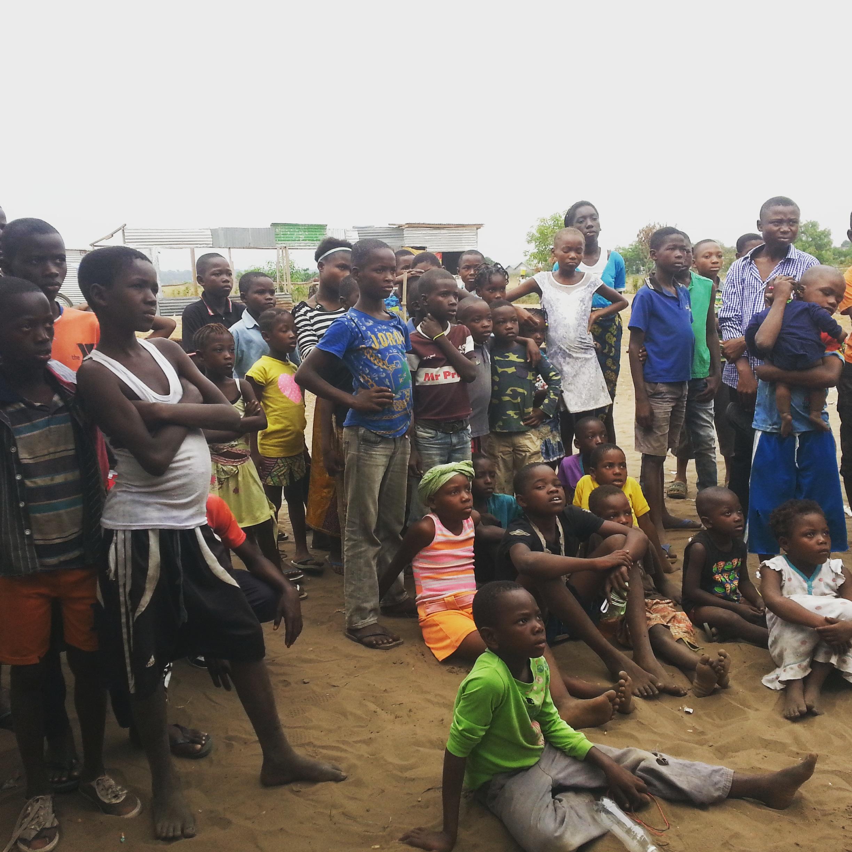 Kinshasa : ces enfants qui font 2 kilomètres à pied pour suivre le Mondial