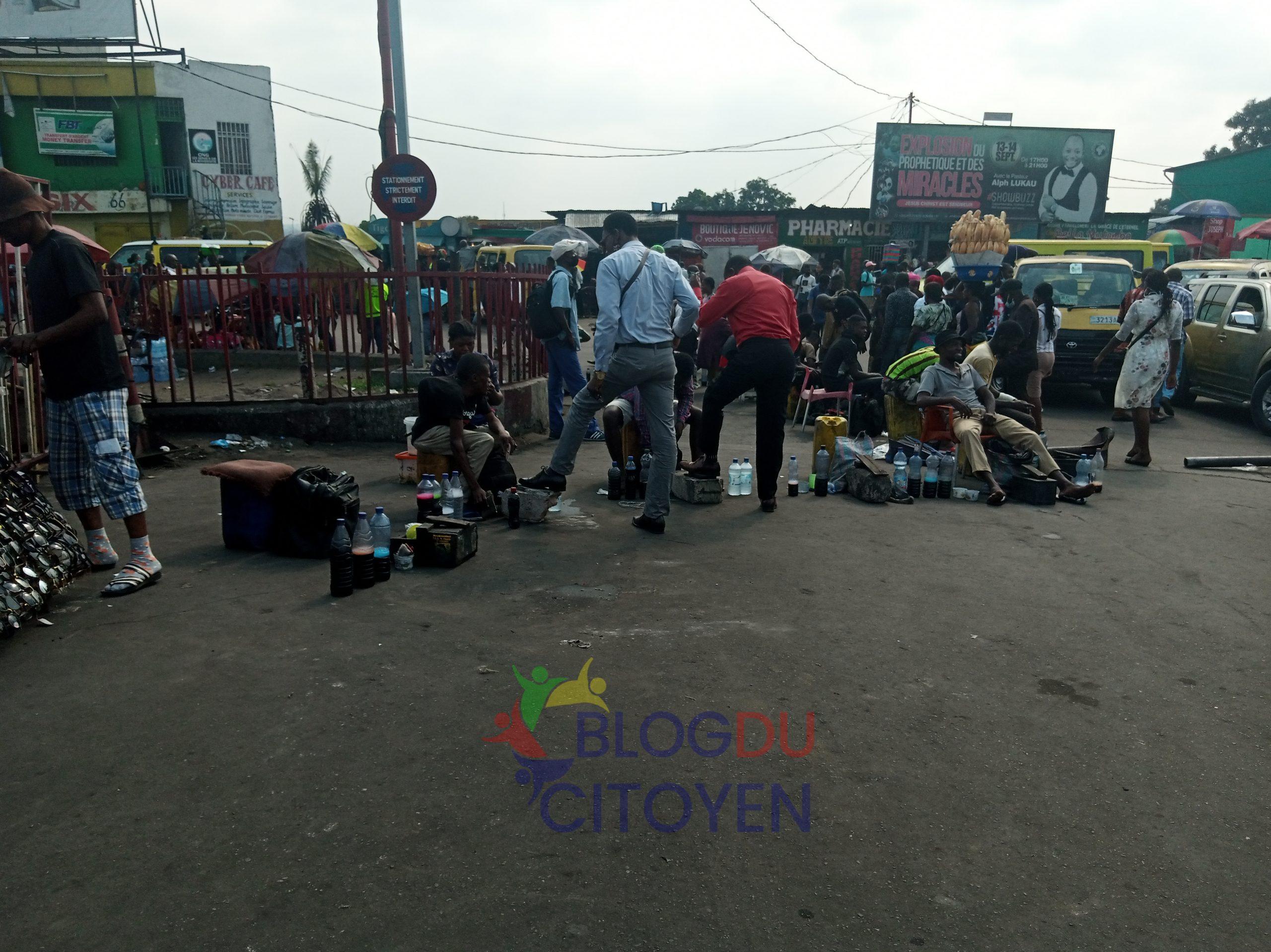 Cirer des chaussures, un métier qui nourrit des familles à Kinshasa