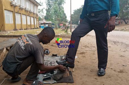 Kinshasa : Freddy et Vital, deux jeunes sourds cireurs de chaussures